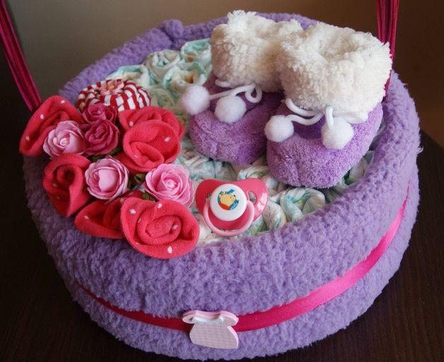 Koszyk - tort z Pampersów. Doskonały prezent dla młodej Mamy. Ładny, a zarazem praktyczny. Wszystkie jego elementy składowe można bowiem wykorzystać