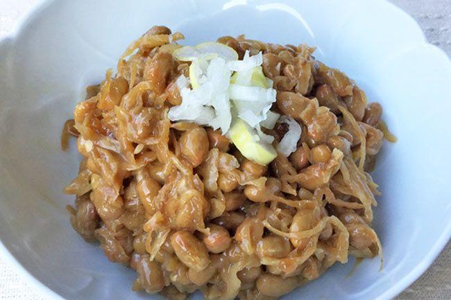 「そぼろ納豆」 は、農林水産省選定「農山漁村の郷土料理百選」で選ばれた茨城県の郷土料理です。納豆と切干し大根をあわせたもので、納豆のネバネバと切干し大根のシャキシャキとした食感がたまりません。納豆の本場、水戸の伝統料理を作ってみませんか。  「そぼろ納豆」の作り方 材料は切干し大根と納豆、調味料のみです。簡単ですが、ご飯にはもちろん、お茶漬けの具や日本酒のアテにも絶品です。作り置きもできます。 【材料】 ・納豆:150g(3パック) ・切干し大根:30g(乾燥した状態) ・醤油:大さじ2 ・酒:大さじ2 ・ごま油:少々   【作り方】 1./切干し大根を15分~20分程度水に浸し、しっかり絞って水を切る。あまり戻し過ぎるとシャキシャキ感がなくなるので要注意。 2./切干し大根を1cmぐらいにザクザクと切る。 3./フライパンにごま油を引き、2を中火で水気が抜けるまで炒める。 4./3に醤油と酒を入れ、焦げないように炒める。水分がなくなったら皿などにあけ、よく冷やす。 5./納豆をボウルなどでよく混ぜ、4を加えてさらに混ぜて出来上がり。 味を見て、薄ければ醤油を加え味を整える。