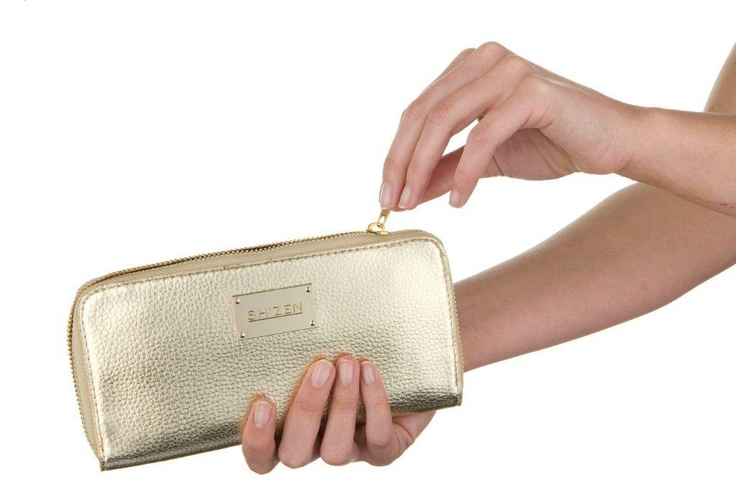 This stunning gold purse adds a touch of glamour to your everyday and transforms into the perfect evening clutch.