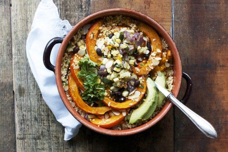 """Het recept voor deze gierstsalade met pompoen, zwarte bonen & rozemarijn is afkomstig van Happy by Nature, de blog van Simone. Hier vind je zoals ze het zelf verwoordt """"inspiratie voor een gezonde glutenvrij levensstijl"""", waaronder de lekkerste recepten zoals deze. Verwarm de oven voor op 180 graden. Bekleed een bakplaat met bakpapier.Snijd de pompoen …"""