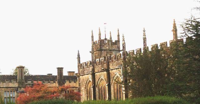 Castelo Sudeley, localizado no condado de  Gloucestershire, o coração verde da Inglaterra, Reino Unido. O castelo Sudeley é uma fortaleza do século XV que tem sido o lar da família Dent-Brocklehurst desde os tempos medievais. Sua história remonta ao século X, quando o rei Ethereld doou a propriedade à sua filha Goda, como presente de casamento. Ficou conhecido mesmo como a residência da rainha da Inglaterra Katherine Parr, viúva de Henrique VIII, a última das 6 esposas do monarca.