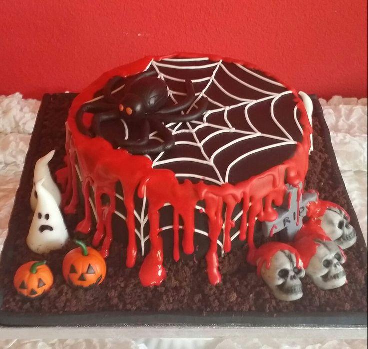 Lekker uitbundige Halloween taart! Gemaakt door Zoet (Hetti Wolfs) Chocolade taart gevuld met kersen (lekker bloederig😉) Bekleding en decoratie is van fondant, I💗cake