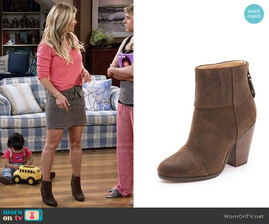 DJ's brown boots on Fuller House.  Outfit Details: https://wornontv.net/64245/ #FullerHouse