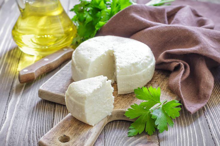 Veja aqui como fazer um simples e delicioso queijo vegano. Essa receita de queijo sem lactose também é indicada para quem tem restrições ao leite ou lactose!
