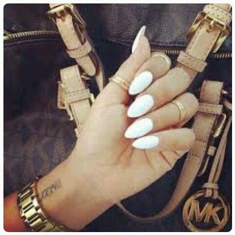 MANDORLE COME UNGHIE Ebbene si amiche! Possiamo dire addio (almeno per il momento) alle unghie corte e quadrate!La nail style per le prossime stagioni suggerisce unghie lunghe e a mandorla: le famose...