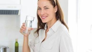 10 důvodů, proč pít teplou vodu místo studené
