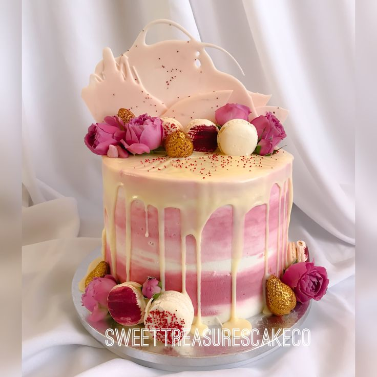 Vanilla with lemon with ginger filling babyshower cake 😋 😍. Cake decorated with fresh flowers, strawberries, chocolate sails and macaroons.  #babyshower #babyshowercake #chocolatedripcake #freshflowers #macaroons #buttercreamombre #freshroses #chocolatesails #sweettreasures #sweettreasurescakeco #johannesburg #southafrica #celebrations #celebrationcakes #customcakes