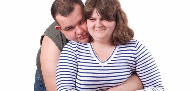Viele Paare werden nicht nur gemeinsam alt, sondern auch gemeinsam dick. Überschreitet einer der Partner die Grenze zur Fettleibigkeit, gibt es auch für den anderen oft kein Halten mehr.