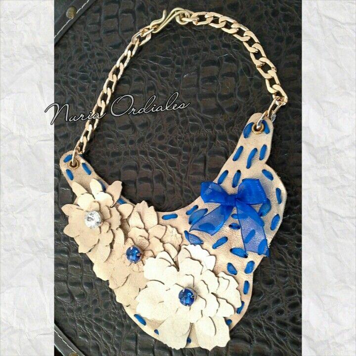 Collar de piel dorada , lazo de organza  en azul y cadena de aluminio