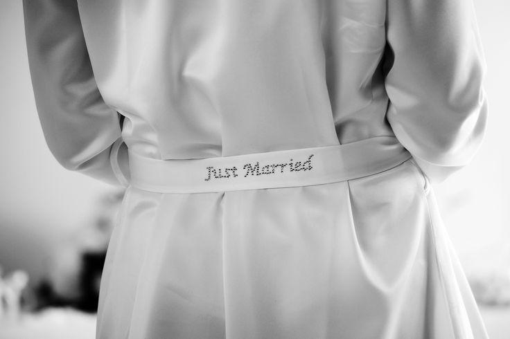 La nostra sposa, la mattina delle sue nozze non era impreparata. Sapeva bene cosa indossare: il completo intimo Amatelier con la parigina e un kimono di seta. Non vorreste mica farvi fotografare in pigiama?   www.amatelier.com  foto: fezza studio