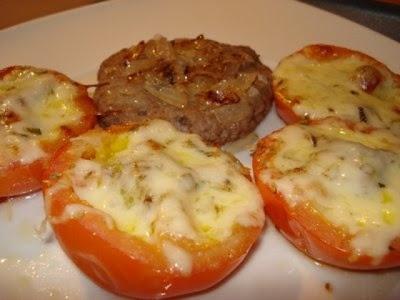 Gratinado de Tomate com Cogumelos  Receita aqui: http://coisasdemulheresquesabemoquequerem.blogspot.pt/2013/02/receitas-light-gratinado-de-tomate-com.html