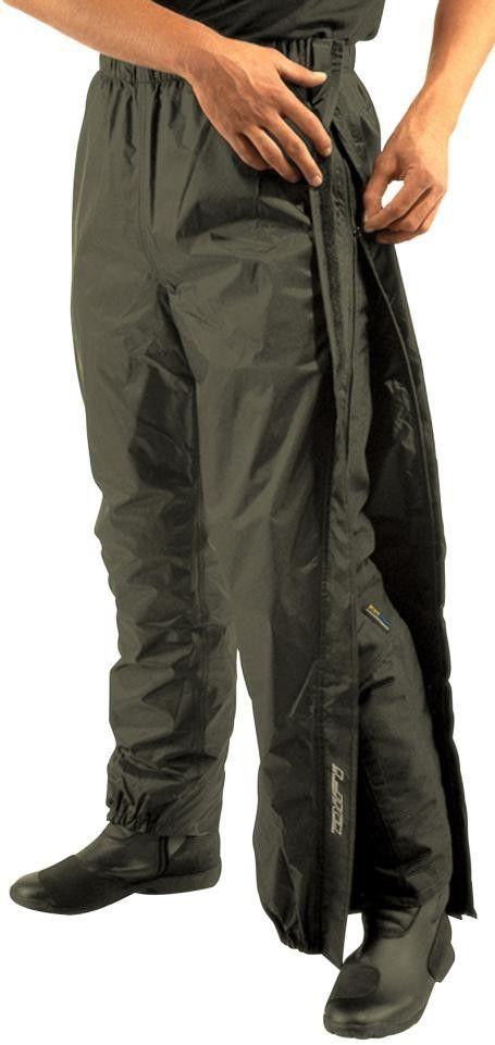 Un pantalon de pluie que vous aurez plaisir à porter tellement il est facile à enfiler avec ses longues fermetures par zip. Existe en noir, ou noir avec bande jaune fluo.
