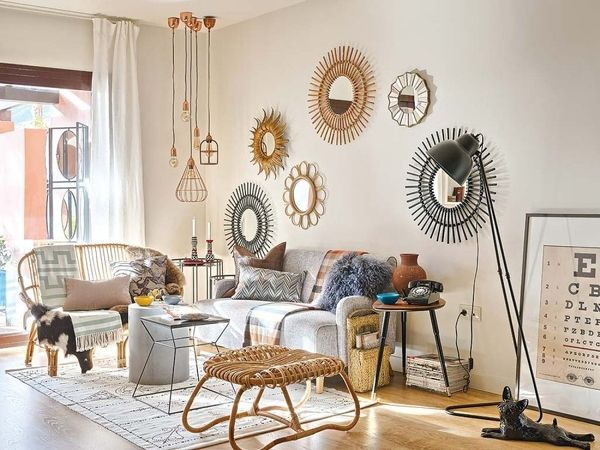 Para personalizar sua sala gastando pouco invista em espelhos com diferentes molduras e cores