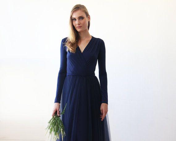 Schwarzer Freitag vor dem VERKAUF  Atemberaubende und einzigartige Marineblau Tüllkleid - leicht zu tragen und leichten Stoff. Es ist das perfekte Kleid für jeden Anlass! Frauen in vielen Formen und Größen können dieses Maxi Kleid tragen und umwerfend sein! Sorgfältig mit den feinsten Seide-Tüll begleiten einen bescheidenen, aber klassische Stil-Maxi-Kleid mit einem knielangen Saum und eine subtile v-Ausschnitt.  Die Oberseite ist Zeilenumbruch Stil mit v-Ausschnitt MIDI-Länge-Kleid…