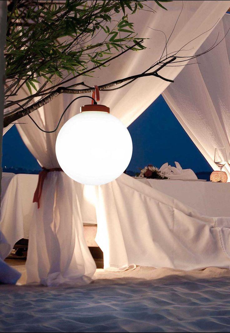Cette baladeuse est multifonctionnelle. Facile d'utiliser, elle s'accroche et se pose partout. Elle illumine tous les coins peu éclairés : dans le jardin, sous la véranda, suspendue à un arbre, au bord de la piscine, dans une chambre ou même le salon.
