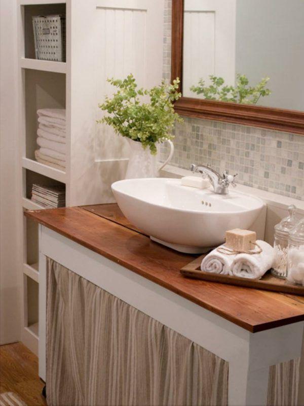 Ideas de baños pequeños con ducha 2016: Para tener más espacio de almacenamiento, incorpora estanterías bajas. Para que no esté todo a la vista y parezca más ordenado, puedes incorporarle unas cortinas a tu gusto.  ¡Es un tip genial!