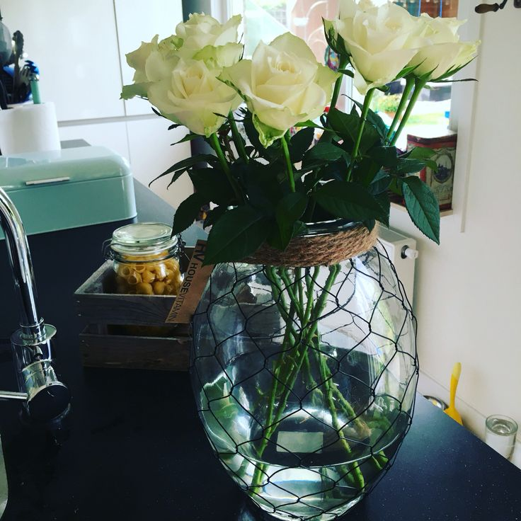 Ik hou van windlichten die je ook als vaas kunt gebruiken #housevitamin#windlicht#vaas#rozen