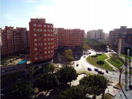Excelente piso situado junto CentroComercialGran Vía, próximo a Clínica Vistahermosa y Bulevar del Pla. Con paradas de BUS y TRAM muy cercanas.Dispone de 3 dormitorios, 2 baños (uno en suite), salón-comedor, cocina