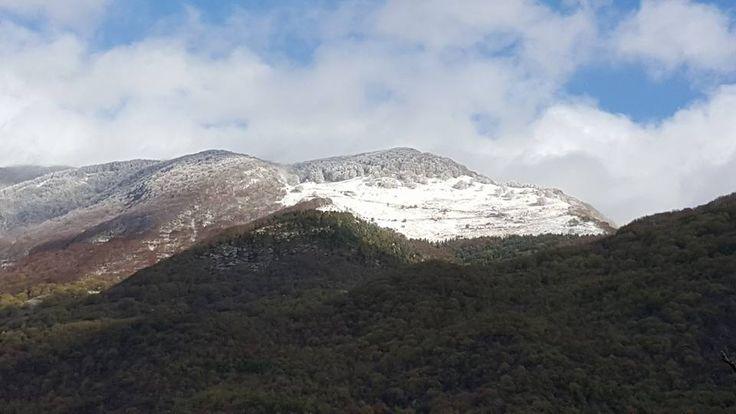 Fino a qualche giorno fa era primavera inoltrata.... da oggi possiamo dire di essere in inverno... prima nevicate sui nostri amati monti... ph. di Danilo Capaldi....