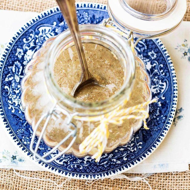 Atmosfera etnica oggi sul blog: prepariamo in casa la tahina o salsa di sesamo che è alla base di tante ricette mediorientali come l'hummus o i falafel. Il procedimento è semplicissimo e bastano solo 3 ingredienti. {link alla ricetta in bio}