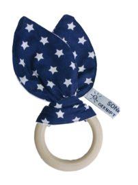 "Houten bijtring ""Konijn"" in donkerblauw met witte sterren. www.sonkussen.nl"