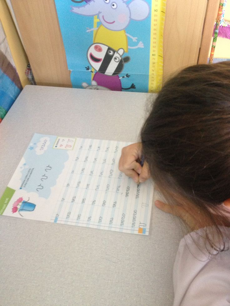 Laboratorio di corsivo. I bambini scrivono con il lapis nella scheda plastificata, poi cancellano e la schedina può essere utilizzata da un compagno. Registrano poi la scheda fatta.