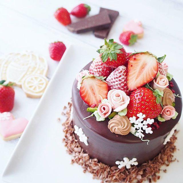 今日は、結婚1年記念です(*´˘`*)♡ 旦那のリクエストでチョコレートケーキを作りました(。・・。)♡ 今回は、チョコベースのショートケーキにチョコレートのコーティングをしてオシャレ感を出してみました♡  #お菓子絵本作家のデコレーションケーキ#クッキングラム