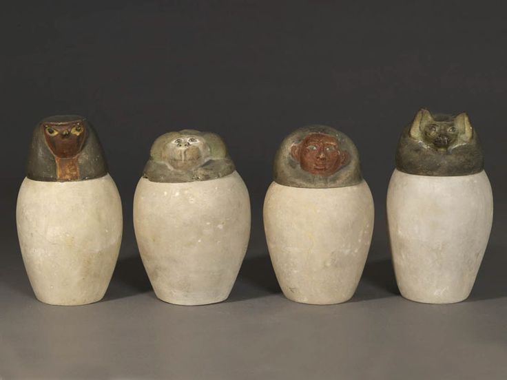 Quatre vases canopes pour conserver les viscères du mort pendant la momification / Four canopic jars used to store the internal organs removed from the deceased's body during mummification Egypte