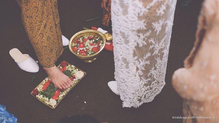 Dalam pernikahan adat Jawa, terdapat tradisi ngidhak endog atau menginjak telur. Pun di pernikahan adat Sunda, ada tradisi nincak endog yang prinsipnya sama. Yakni kaki pengantin pria menginjak telur ayam, kemudian pengantin perempuan akan membersihkan kaki pengantin pria-nya.