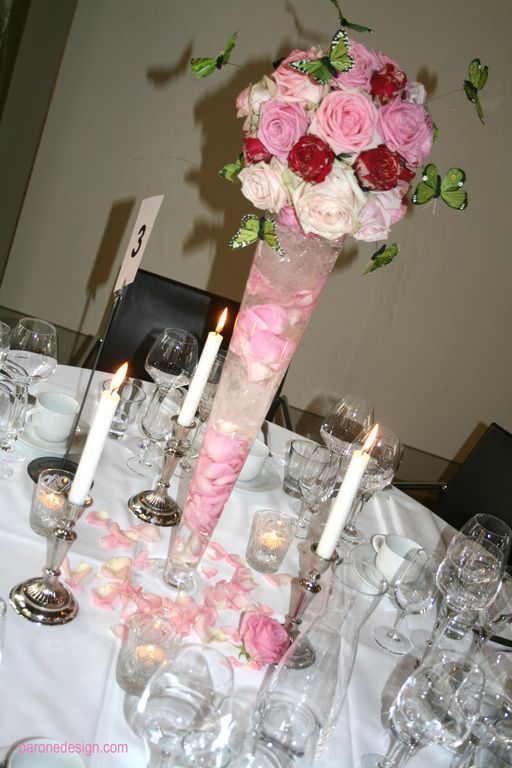 Korkea kukka-asetelma on tyylikäs ja juhlava. #tabledeco #tableflowers #centerpiece #koristelu #pöytäkukat #hääkukat #kukkakoristelu #weddingflowers