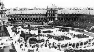 Este es el día de inauguración de la Plaza de España.