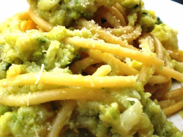 """Bucatini chi vruocculi arriminati ( Bucatini con broccolo palermitano verde, pinoli,""""passoline"""", acciugha, zafferano, cipolla e muddica atturrata :)"""