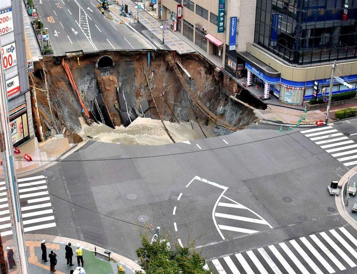 Um enorme buraco, com cerca de 30 metros de largura, engoliu uma rua na cidade de Fukuoka, no sudeste do Japão. O colapso aconteceu na manhã desta terça-feira e obrigou à evacuação de edifícios.