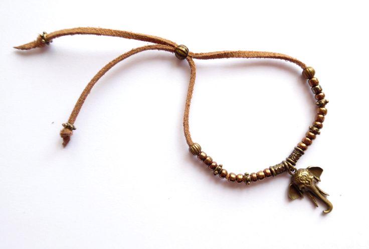 Armband i mocka med detaljer i brons och pärlor av glas.  One size  Armbandets storlek går att anpassa.