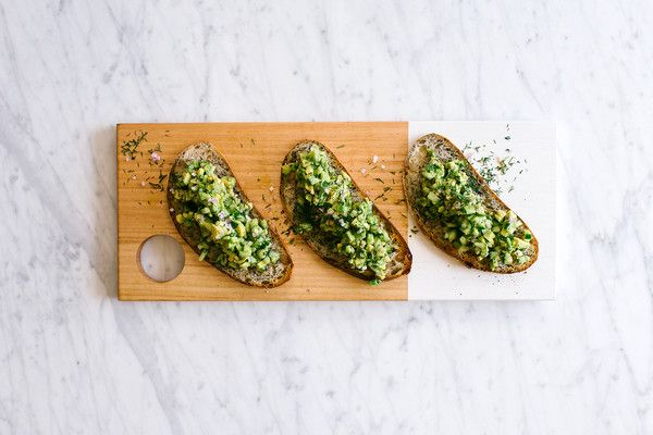 Avocado, Dill and Lemon Salsa served on sourdough on a Houtenplank – HoutenPlank