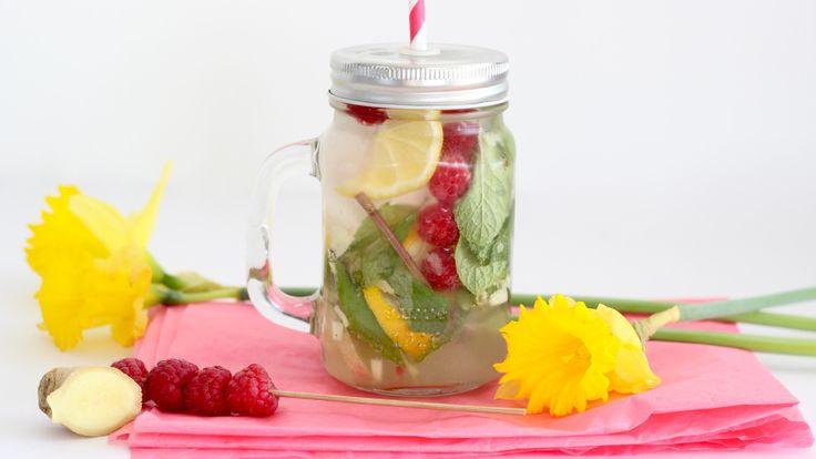 """Per dag moet ons lijf minimaal twee liter vocht binnenkrijgen. Nu kunnen we deze target halen met het drinken van thee en water, alleen gaat dit na een tijdje ook zo vervelen. Experimenteer daarom eens met het maken van verfrissende en dorstlessende limonade. Zelf ben ik tegenwoordig gek op gember,... <a href=""""http://cottonandcream.nl/gember-citroenlimonade/"""">Read More →</a>"""