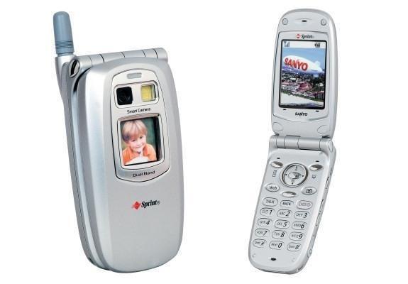 2002 ? Sanyo SCP-5300, primo telefono con una fotocamera. Aprì un'era e un mondo, quello delle foto sempre a portata di pollice