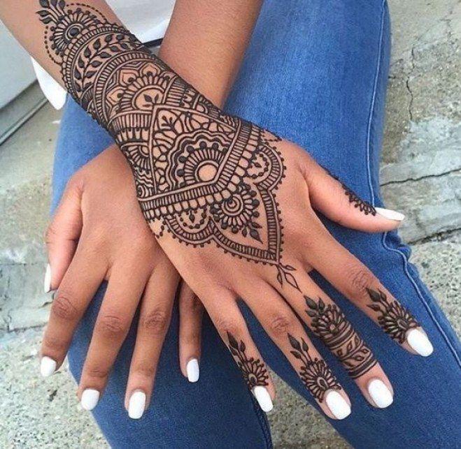 Tattoo au henné noir du poignet                                                                                                                                                                                 Plus
