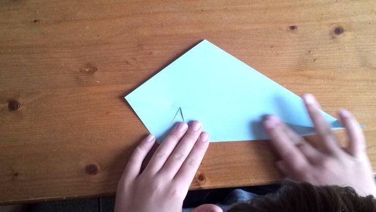 Rick geeft les in Origami-zwaan vouwen