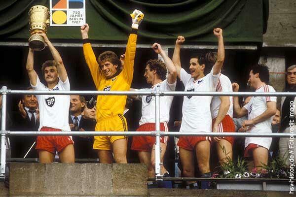 Am 20. Juni 1987 konnte der HSV zum dritten Mal den DFB-Pokal gewinnen. Gegner im Finale im Berliner Olympiastadion waren die Stuttgarter Kickers.