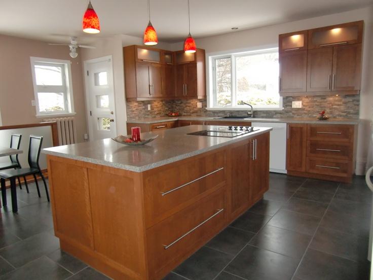 Armoire de cuisine avec grand ilot, style contemporain