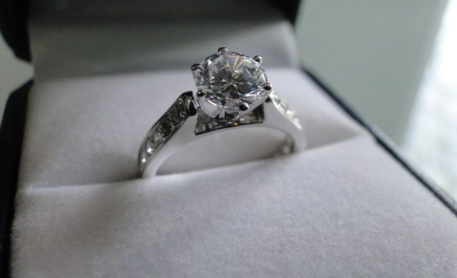 Niño declaro su amor a una amiguita de clases con el anillo de compromiso de su madre.