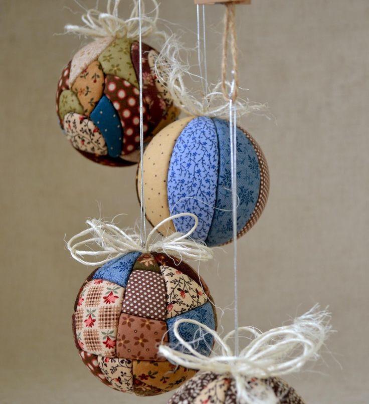 bolas de Navidad en patchwork con varias telas