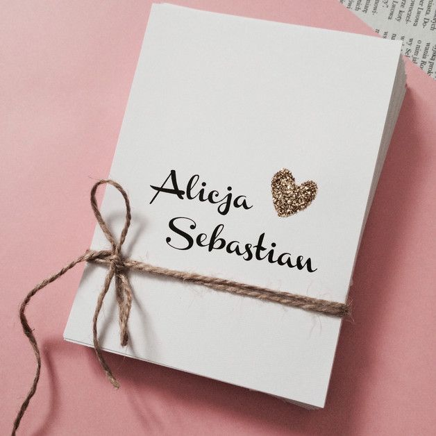 Zaproszenie ślubne z motywem serduszka. Idealne dla tych, którzy cenią sobie minimalizm.  Małe brokatowe serduszko wykonane zostało ręcznie.  Zaproszenie jednostronicowe, przewiązane brązowym...