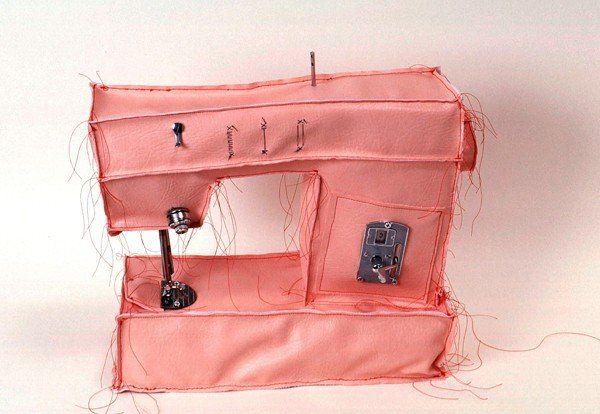"""crédit photo Margarita Cabrera Margarita Cabrera est une vraie artiste et dans sa série de """"soft sculptures"""", les bouts de fils qu'elle n'a pas coupés nous aident à nous rappeler le travail effectivement réalisé en usine pour construire ces appareils. Le tissu utilisé, du vinyl, n'est pas parfaitement tendu et cela est censé donné à l'œuvre un caractère anthropomorphe qui fait référence à la nature difficile des réalités de l'ouvrier. Je vous avoue que je n'ai pas inventé les deux phrases…"""