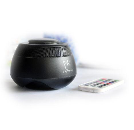 Skywave H6 Bluetooth Vibration speaker:  Schludny, ultra-kompaktowy głośnik, który korzysta z technologii rezonansu - wibracji (patent synchroniczny 3-D Sound Effect Technology), aby przekształcić dowolną, twardą, płaską powierzchnię (tj. podłogę, stół, ścianę, oknao, drewniane biurko, metal, tworzywa sztuczne itp.) w głośnik oferujący wysokiej jakości dźwięk.