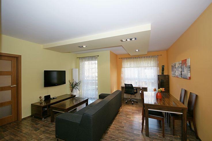 Oferta specjalna dla firm: do wynajęcia nowoczesny, umeblowany, dwupokojowy apartament na osiedlu Dębowe Tarasy w centrum Katowic  Dominują w nim jasne, rozświetlające barwy, a sam wystrój jest uzupełniony w eleganckie meble w kolorze ciemnego dębu.
