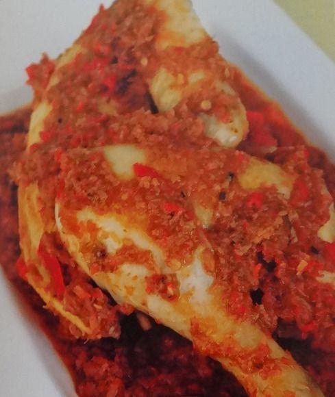 Ajam Goerih ofwel Ayam Gurih is een pittig kipgerecht dat wordt gestoofd in een kruidige saus met kokos.