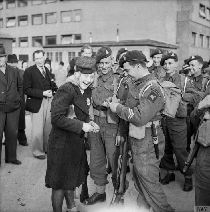 Troops of 1st Airborne Division are welcomed into Oslo by Norwegian civilians, 13 May 1945.