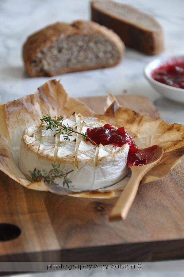 Due bionde in cucina: Camembert al forno con composta di mirtilli rossi